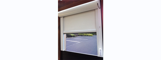 Chain operated encapsulated laser blocking roller blind
